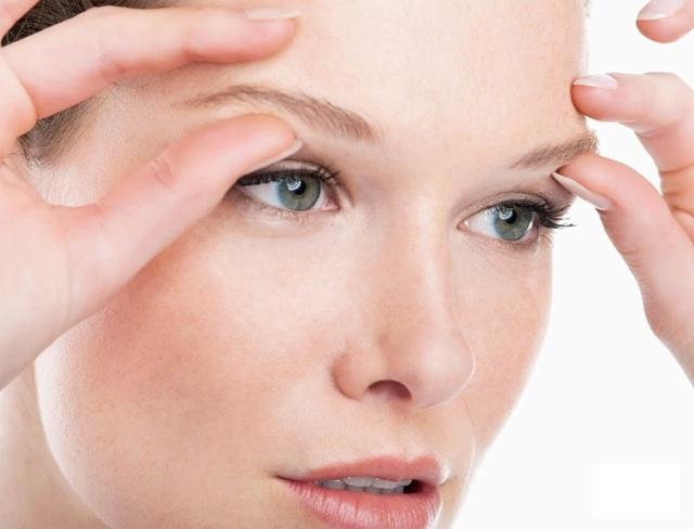 К чему чешутся брови (приметы), медицинские причины и лечение