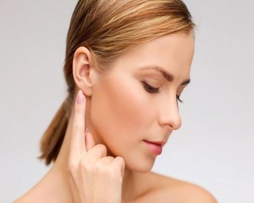 За ухом появилась шишка – причины, фото, лечение