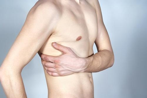 Тяжесть в правом боку под ребрами спереди - причины и лечение